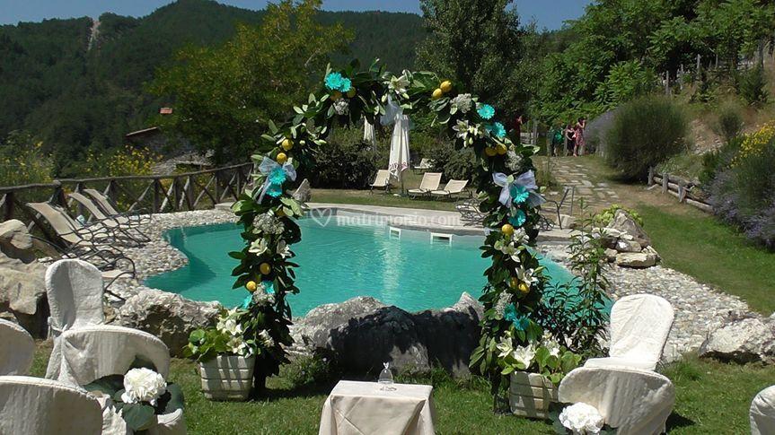 Arco per cerimonia in piscina