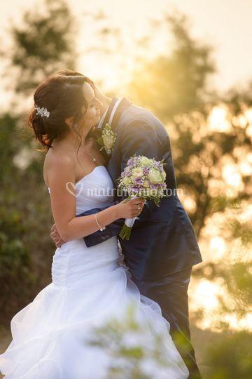 Sposo e sposa con tramonto