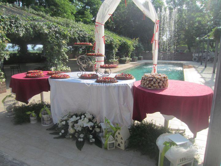 Taglio della torta in piscina