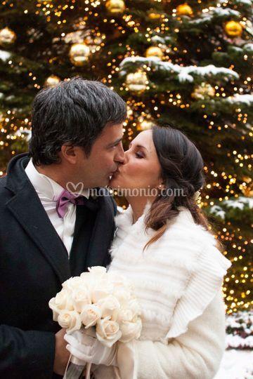 Bacio sotto l'albero di Natale