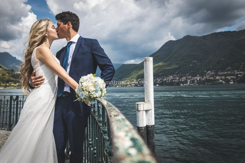 Bacio in riva al lago