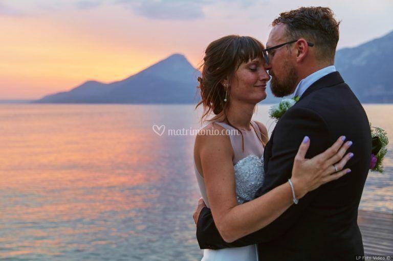 Lui e lei in riva al tramonto