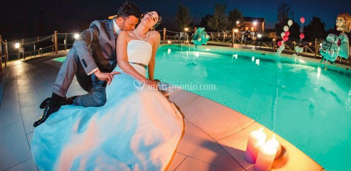 Sposi a bordo piscina