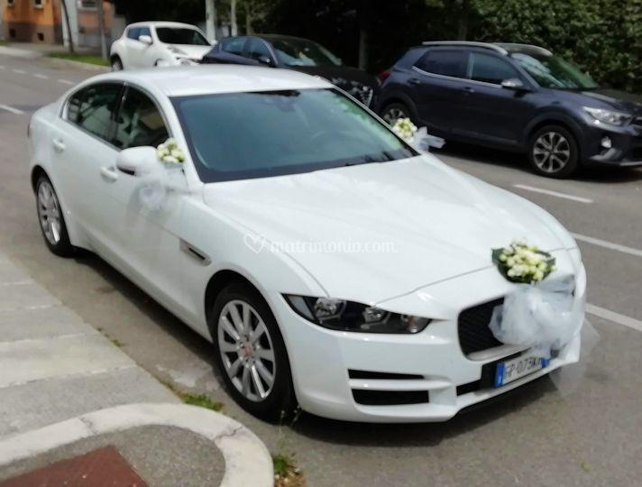 Jaguar XE con addobbi floreali