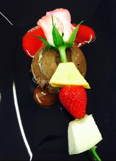 Tortino cioccolato e spiedino di frutta