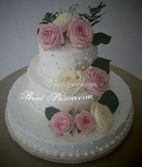 Torta nuziale con rose rosa