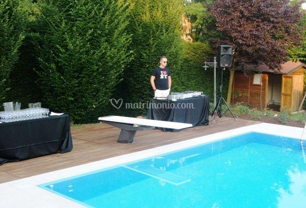Happy disco team for Matrimonio bordo piscina