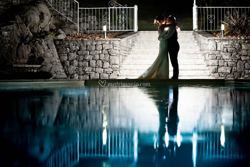Un bacio a bordo piscina