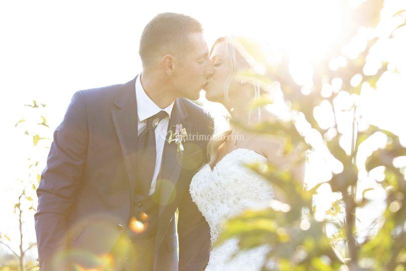 Gli sposi e il bacio d'amore