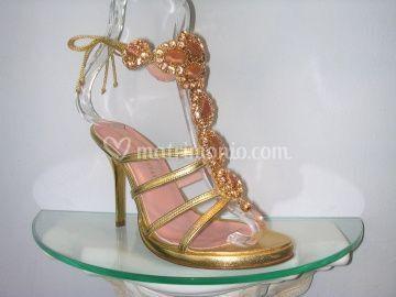 Sandalo in pelle oro con accessorio in swarovsky piu' pietre dure