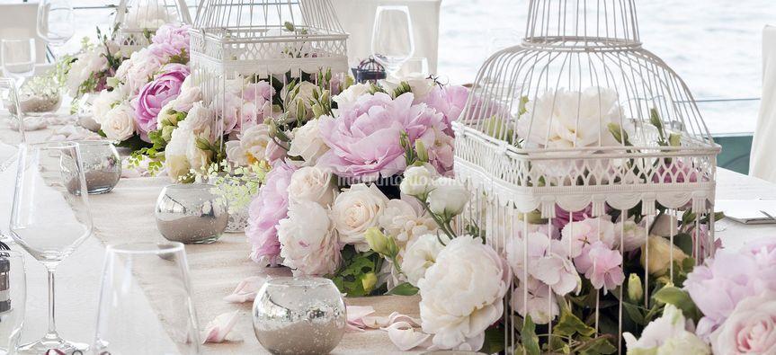 Matrimonio Country Chic Padova : Tavolo gabbiette peonie di comoli composizioni floreali foto