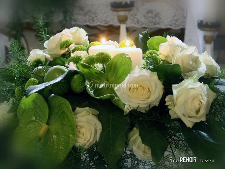 Rose bianche, anturium e mele