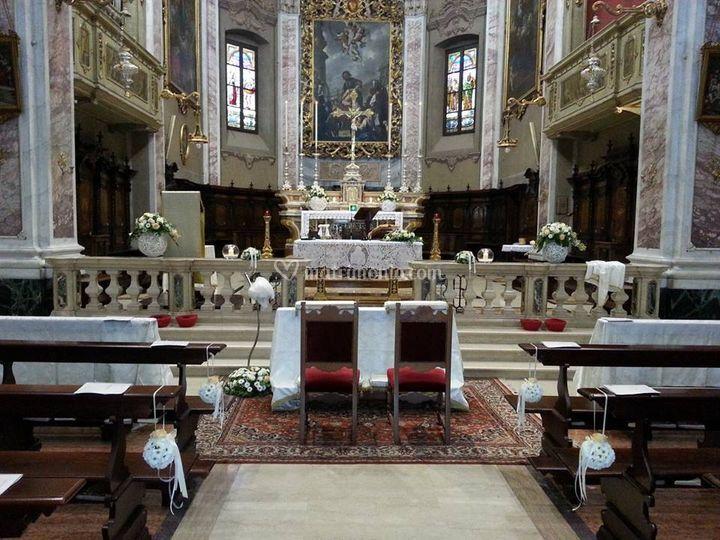 Interno chiesa con sfere