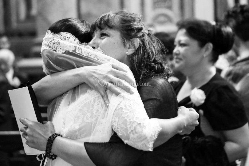 Mamma che abbraccia la sposa