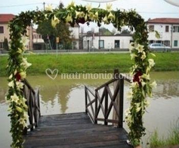 Arco di fiori su pontile