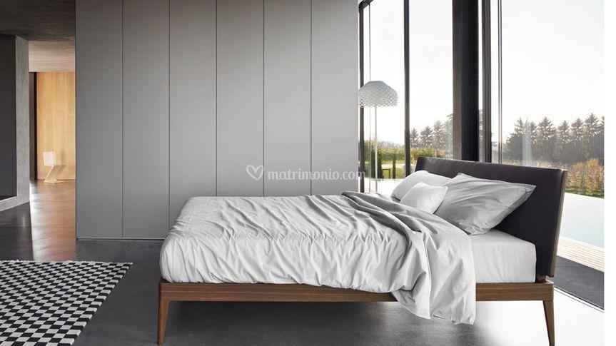 Camera con letto legno e pelle