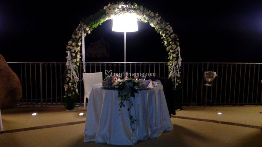 Tavolo sposi con arco fiori