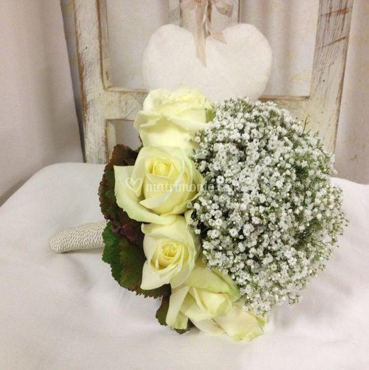 Bouquet con rose e gypsophila