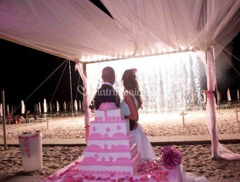 Gli sposi con la torta