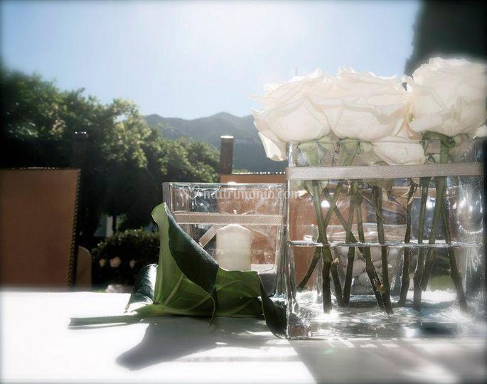 Vasi in vetro con rose