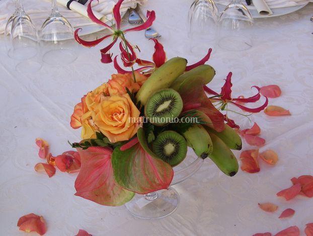 Combinazione di frutta e fiori
