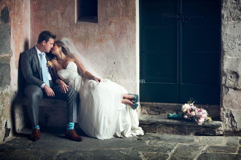 Sposi su una panchina ad Orta