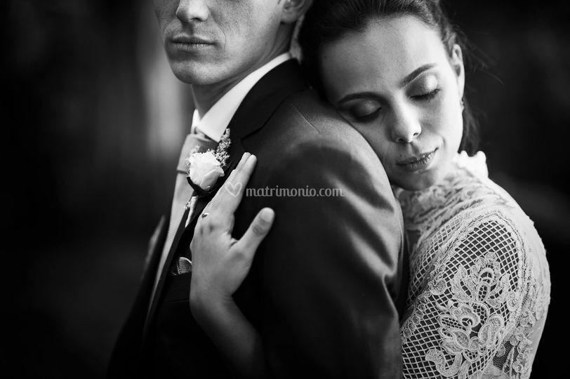 La sposa stringe lo sposo