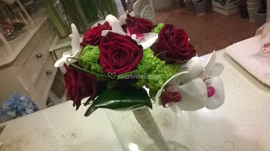 Bouquet con rose e orchidee