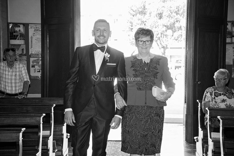 Lo sposo entra con la mamma