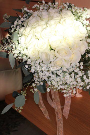 Bouquet con rose e gipsophila