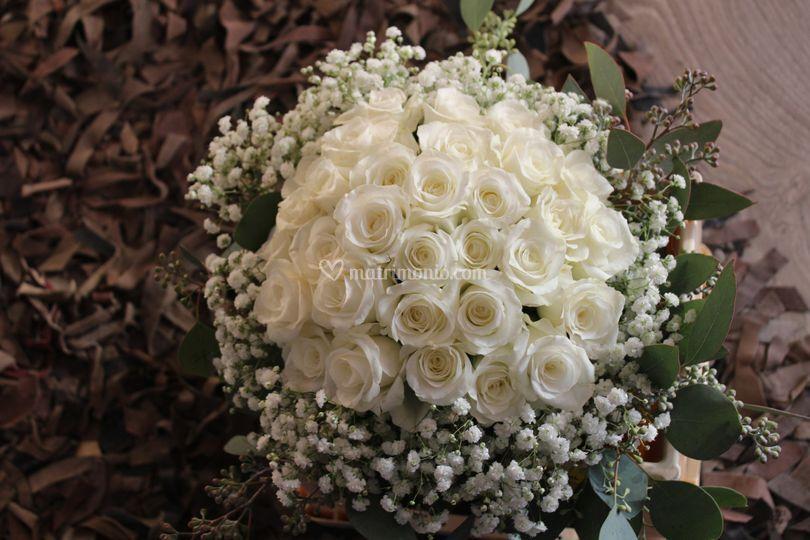 Bouquet con delicate rose bianche