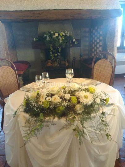 Tavolo degli sposi con rose