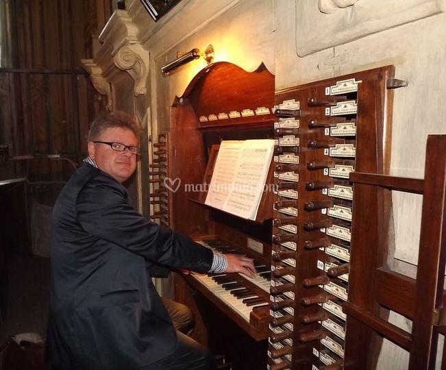 Giancarlo all'organo per il rito religioso