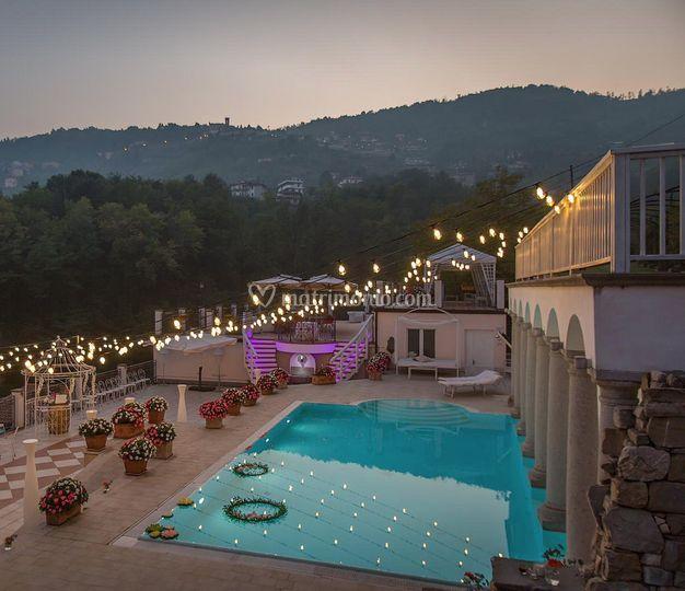 Lucine piscina tramonto