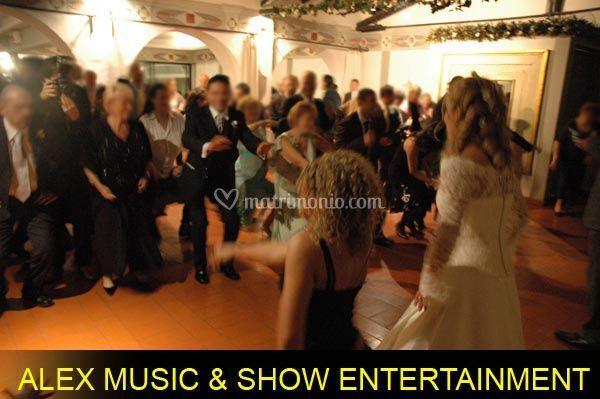 Momento di animazione con i balli di gruppo insieme agli sposi