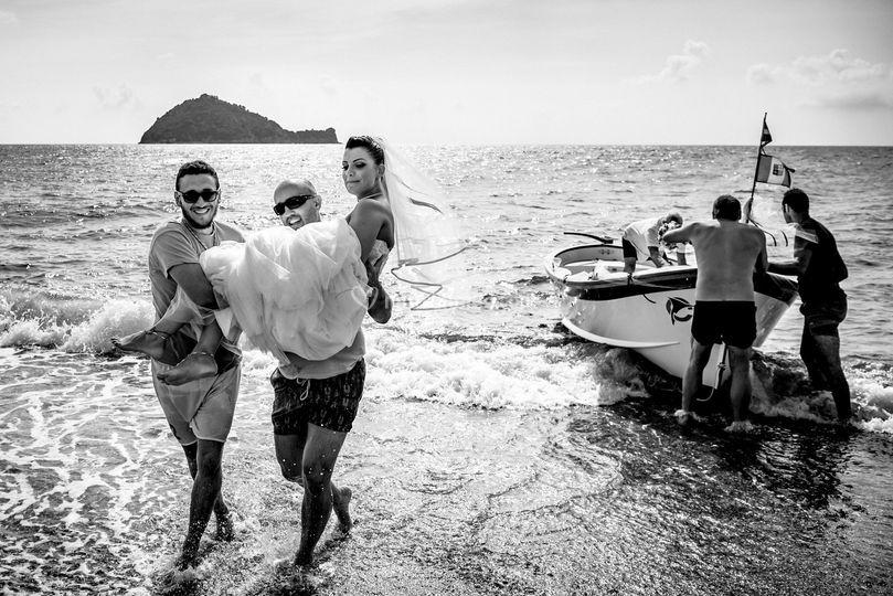 Sposa che arriva in barca