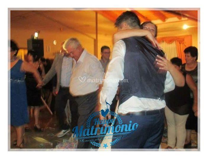 Gli sposi ballando