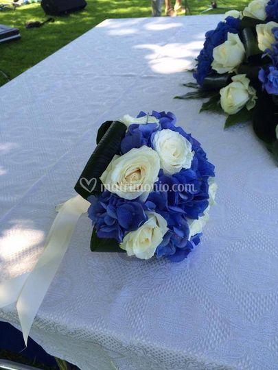 Bouquet di ortensie blu e rose