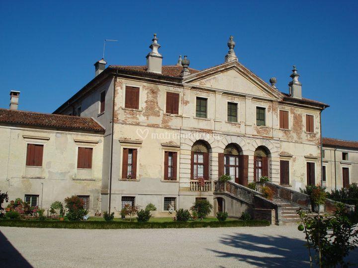 Facciata principale villa