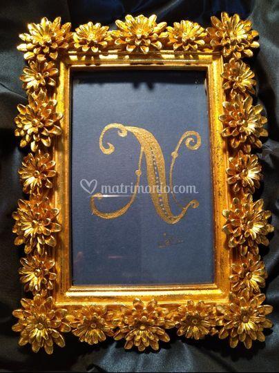 Lettera N pittura oro