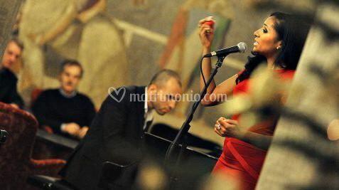 Piano con black singer