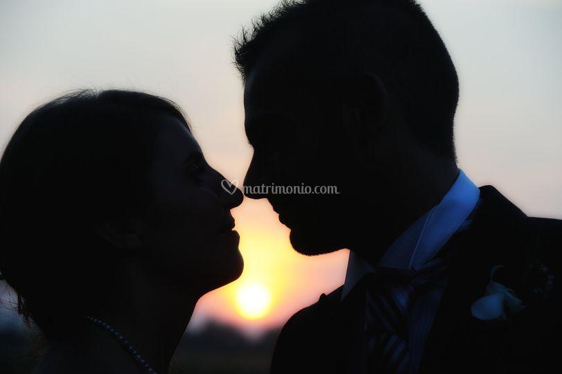 Bacio sposi al tramonto
