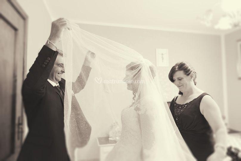 Sposa mamma e papà con il velo