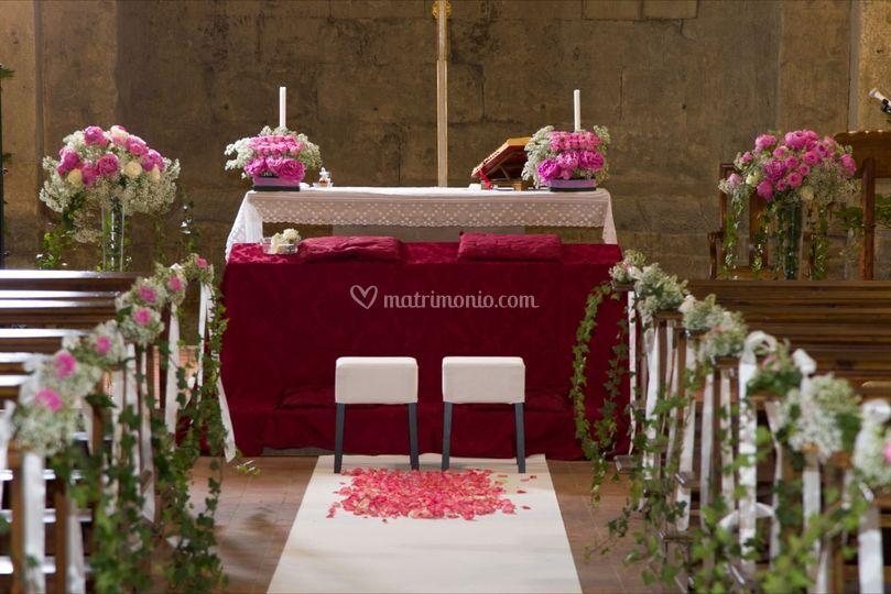 Chiesa con rose e nebbia