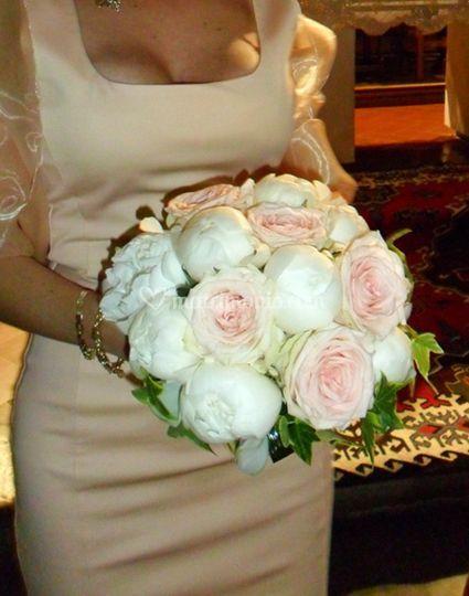 Bouquet di rose rosa e peonie