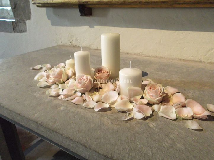Petali e candele per altare