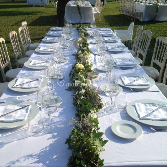 Allestimento tavoli invitati.