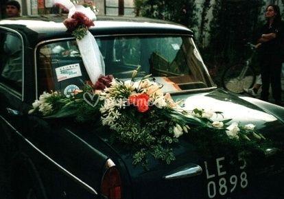 Decorazione floreale per auto