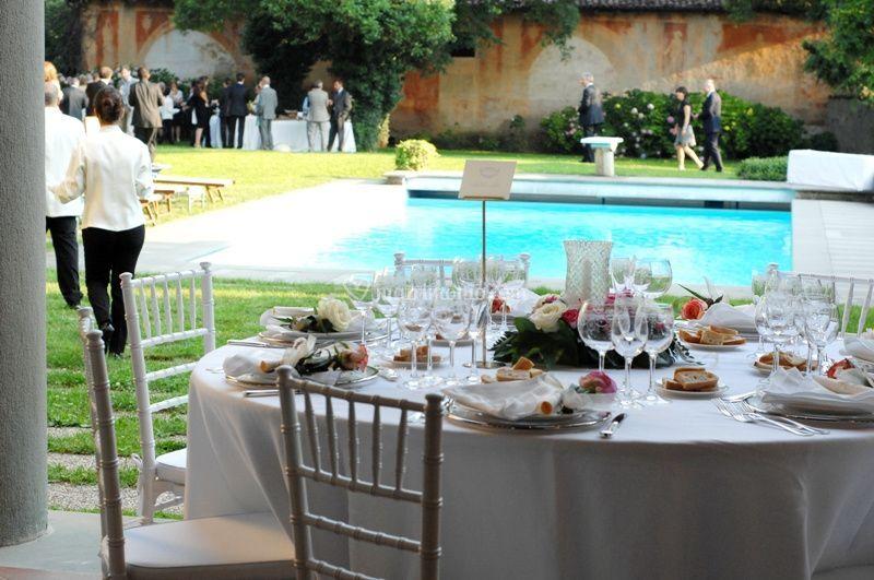 Pranzo nuziale piscina in villa esclusiva