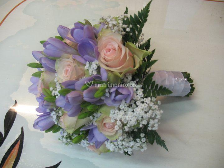 Bouquet di rose e freesie